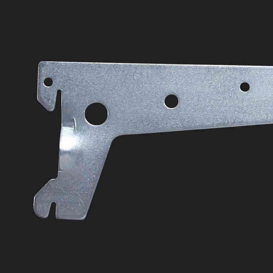 Detalhe de suporte para trilho zincado.