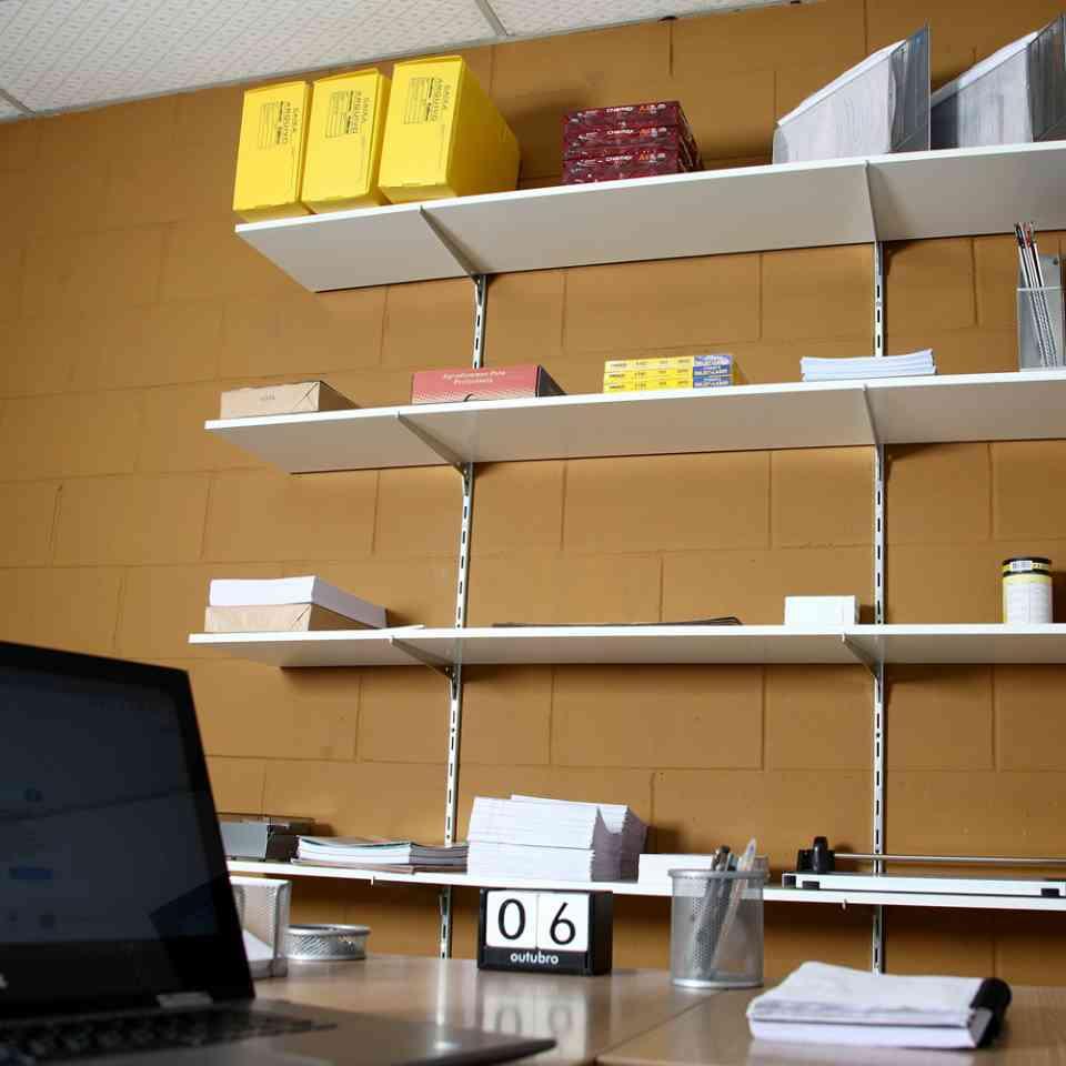 Trilhos com aplicação em escritório.